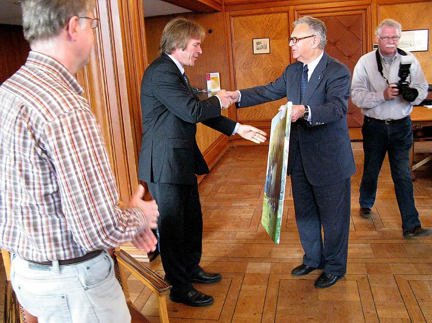 Professor heertje overhandigt schilderij aan wethouder witteman - Schilderij in de kamer ...